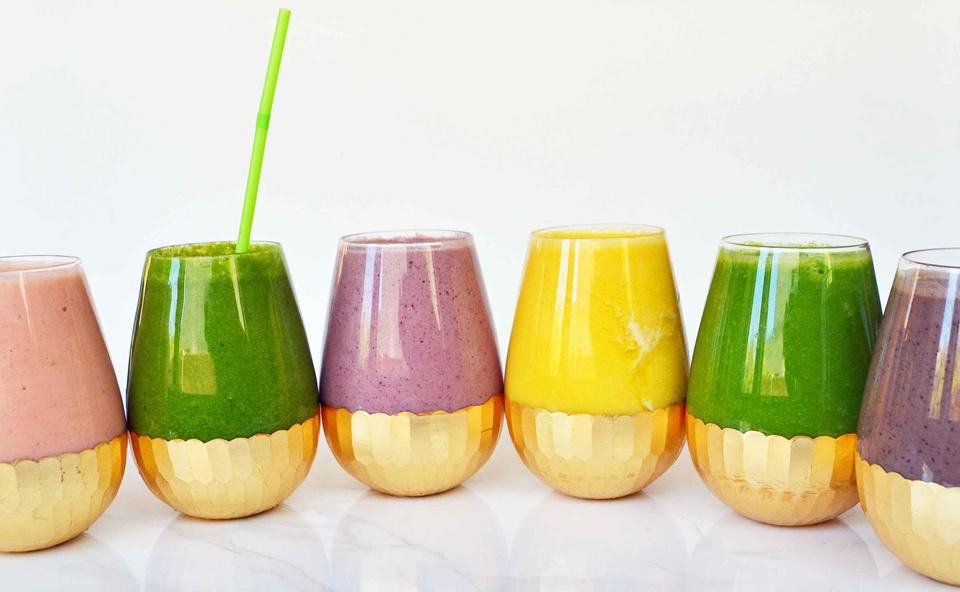 Șase pahare cu diferite tipuri de sucuri naturale.