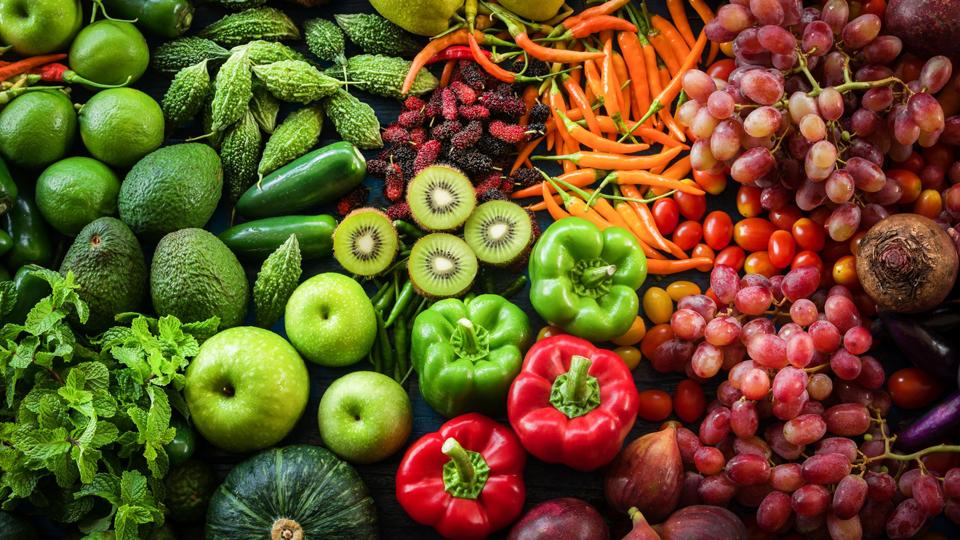 Diverse legume și fructe pe o masă.