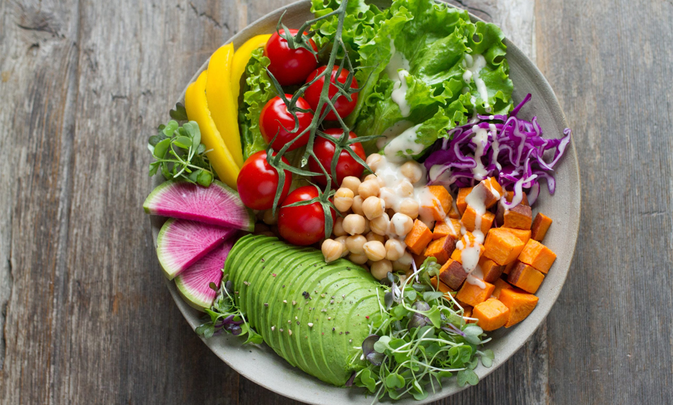 Farfurie plina cu legume si fructe.
