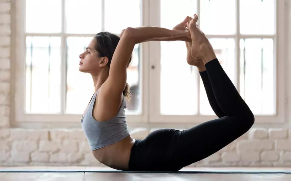Fata intr-o pozitie de yoga.