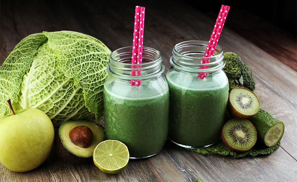 Doua borcane cu suc de varza, mere, avocado,castravete si kiwi.