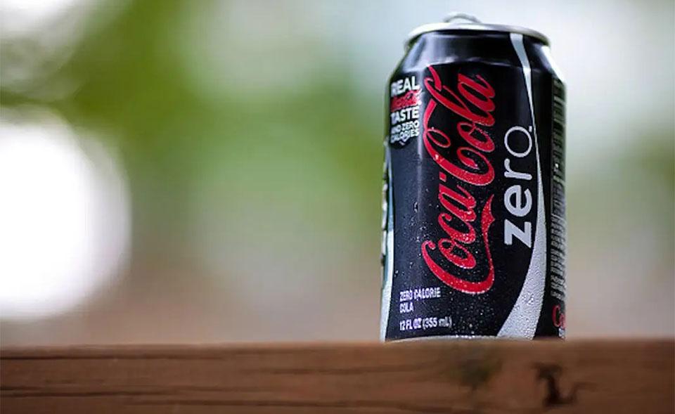 O cutie de Coca Cola Zero vazuta de aproape.
