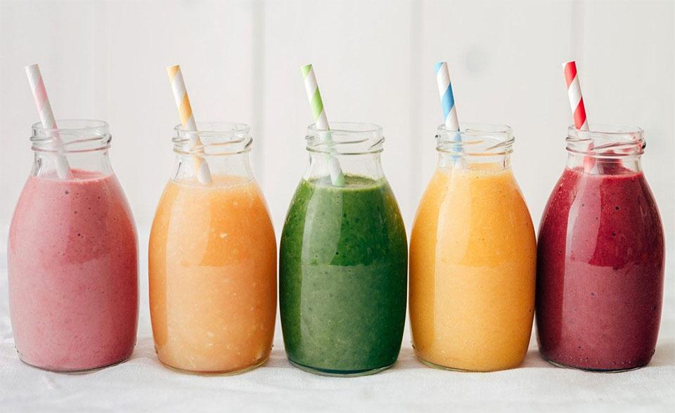 Sticle cu sucuri de diferite culori.