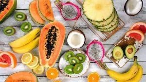Diferite fructe pe o masa.