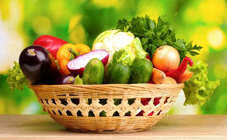 Cos cu diferite legume in el.