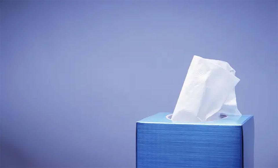 O cutie albastra cu servetele.