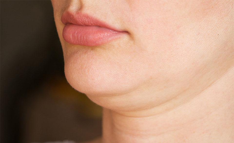 Barbia unei femei vazuta de aproape.
