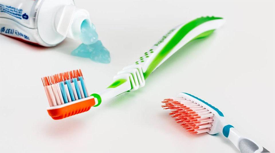 Pasta de dinti si doua periute.