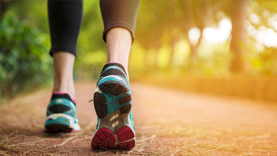 Picioarele unei fete cu adidasi.