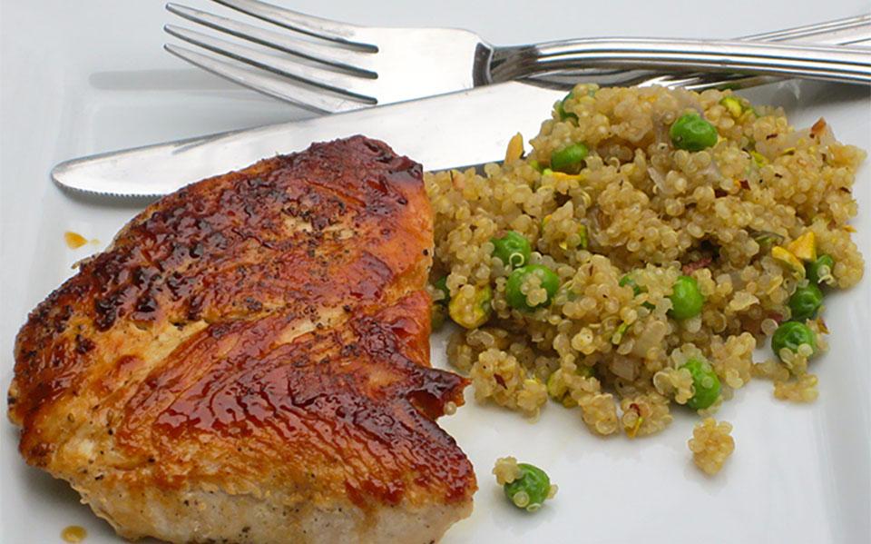 Cutit si furculita langa o friptura cu orez cu legume.