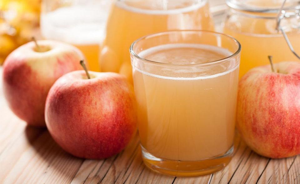 Mere si recipiente cu suc de mere.