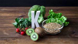 Litera K impreuna cu diferite alimente pe o masa.