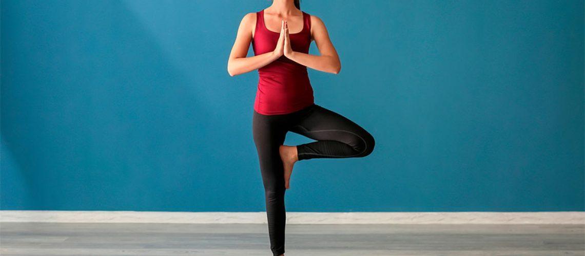 Fata practicand Yoga.