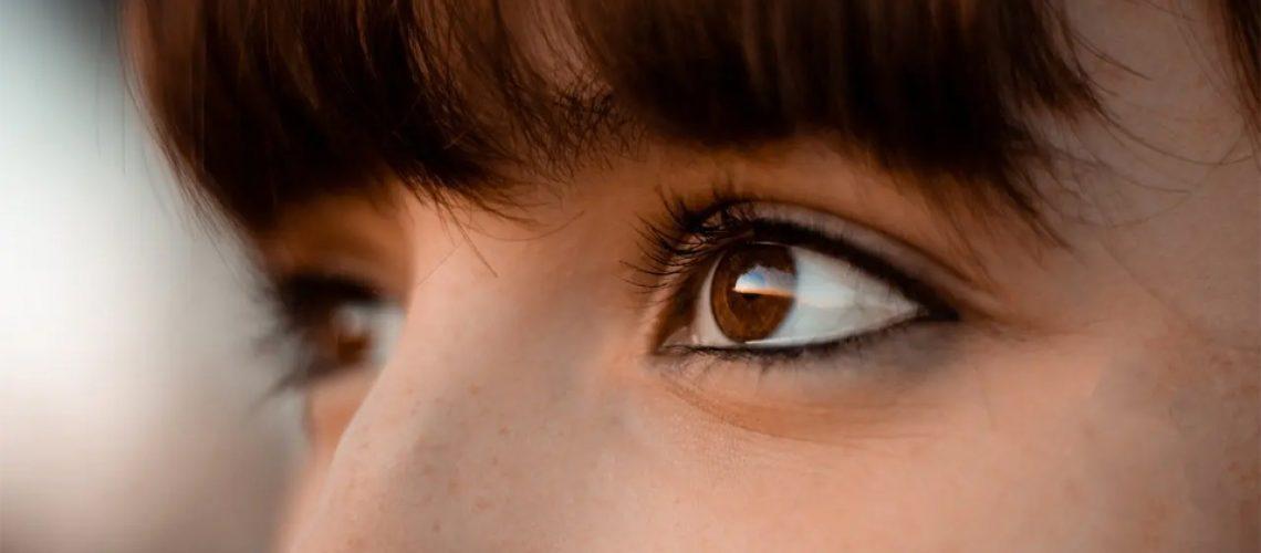 Ochii unei fete vazuti de aproape.