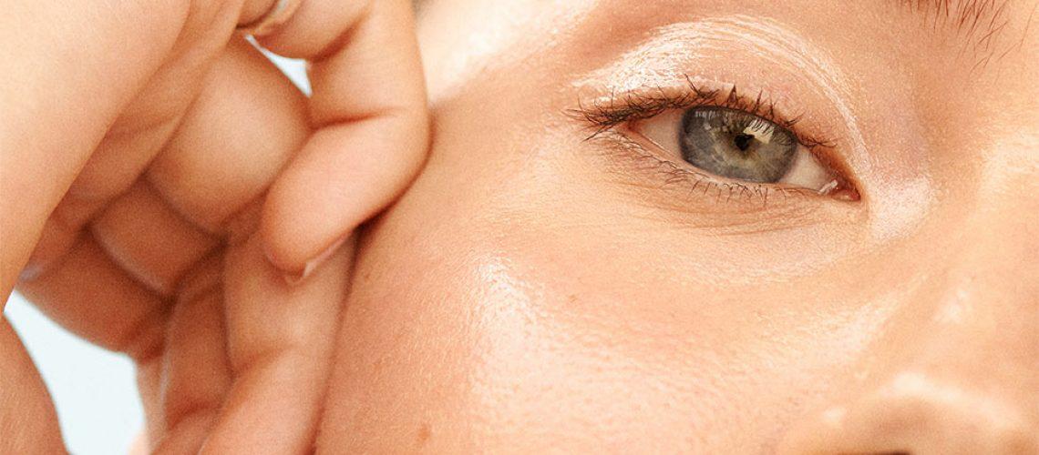 Fata unei fete cu ochi albastri.