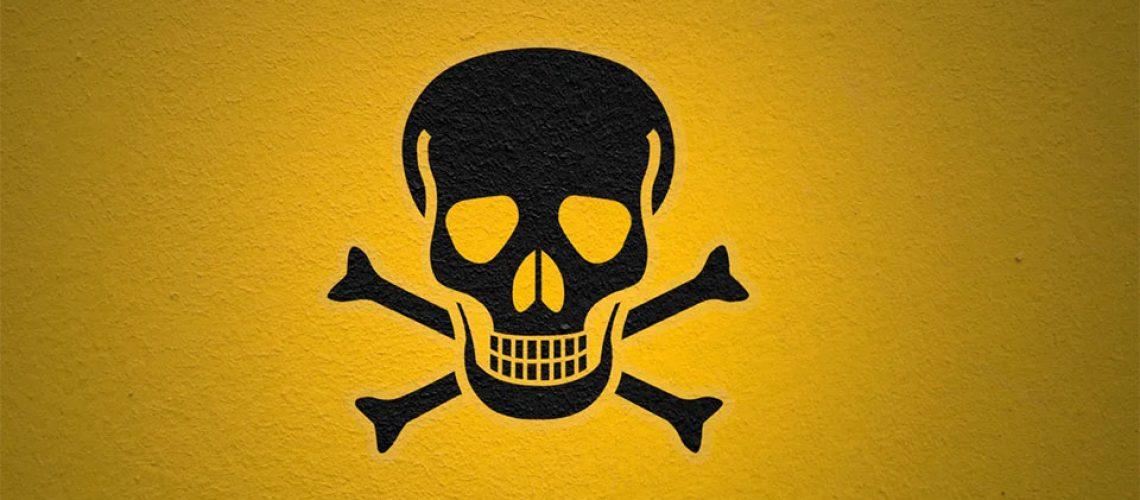 Semnul pericolelor cu un cap de mort cu oase.